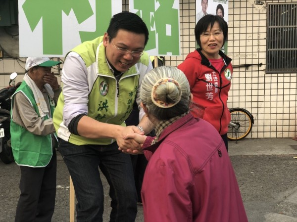 立委刘世芳陪市议员参选人站街头拜票。(记者王荣祥翻摄)