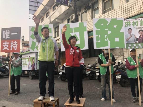 立委刘世芳陪市议员参选人洪村铭站街头拜票。(记者王荣祥翻摄)