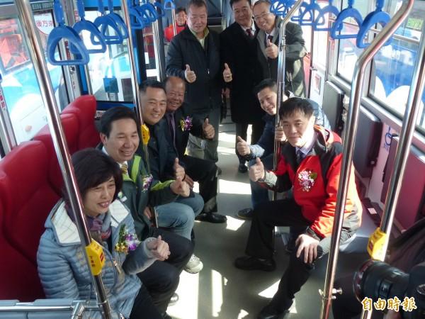 金門本島4輛低地板的新公車也自即日起上路,議長洪麗萍(左1起)、縣長陳福海、立委楊鎮浯、烈嶼鄉長洪成發等人均到場同賀。(記者吳正庭攝)