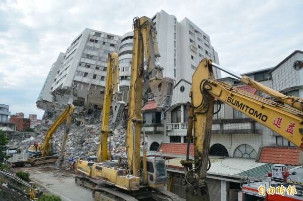 花蓮雲門翠堤大樓持續拆除中。(記者王峻祺攝)