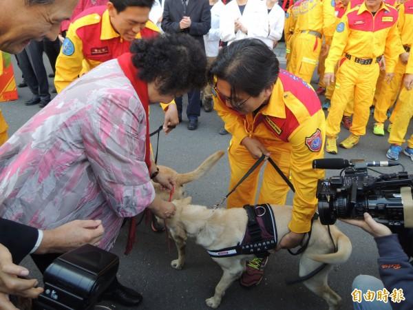 搜救犬Roger受贈紅包。(記者黃旭磊攝)