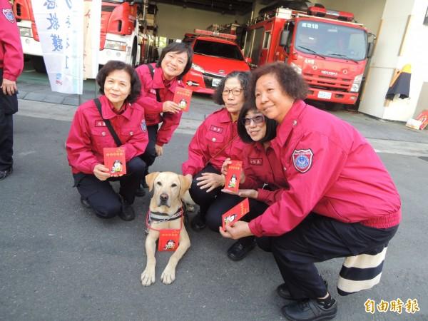 消防職員搶著和搜救犬拍照。(記者黃旭磊攝)