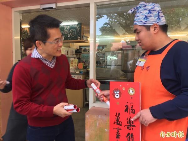 縣長黃健庭(左)啟動拜年行程,大方送出數位紅包。(記者張存薇攝)