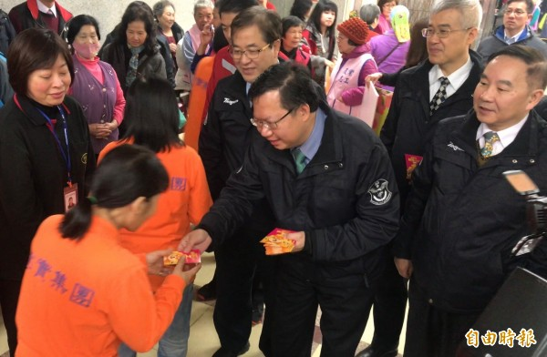 桃園市長鄭文燦於小年夜向同仁辭歲,並發放福袋。(記者謝武雄攝)
