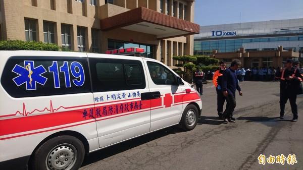 救護車將人送醫。(記者楊金城攝)