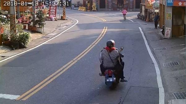 張姓嫌犯到紫南宮偷完金雞、紅包,便與妻小騎車離去,警方以車追人進而破案。(記者劉濱銓翻攝)