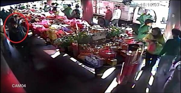 張姓嫌犯(紅圈)到紫南宮偷金雞、紅包,在廟內的一舉一動都被監視器拍下。(記者劉濱銓翻攝)