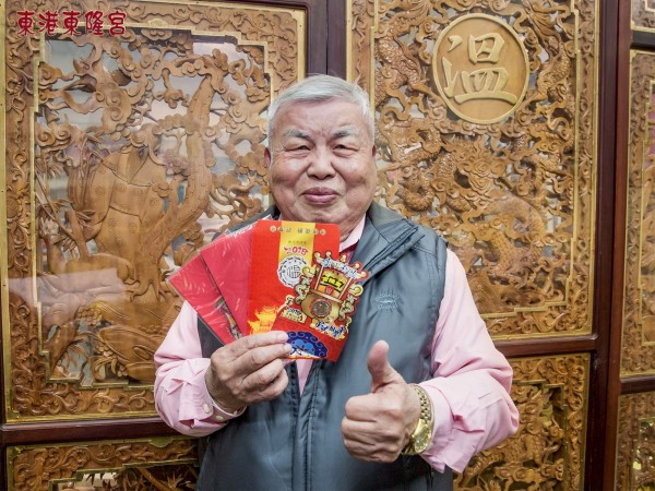 東港東隆宮初一將發放限量的紅包袋,圖為董事長伍水源。(東港東隆宮提供)
