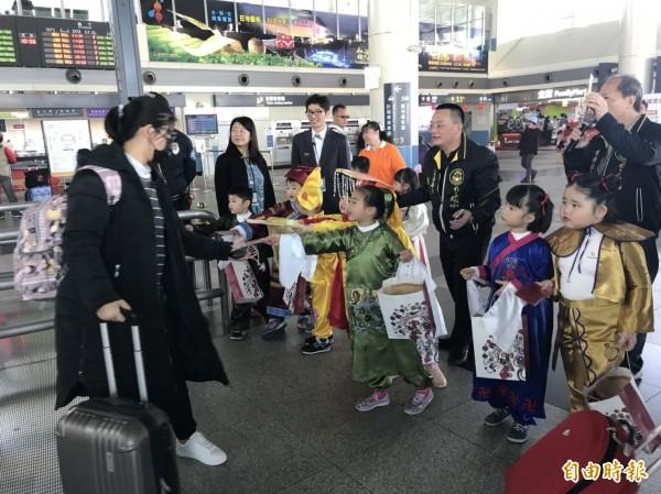 許多遊客看到幼兒園學童發紅包袋,都直呼「好可愛」。(記者林宜樟攝)