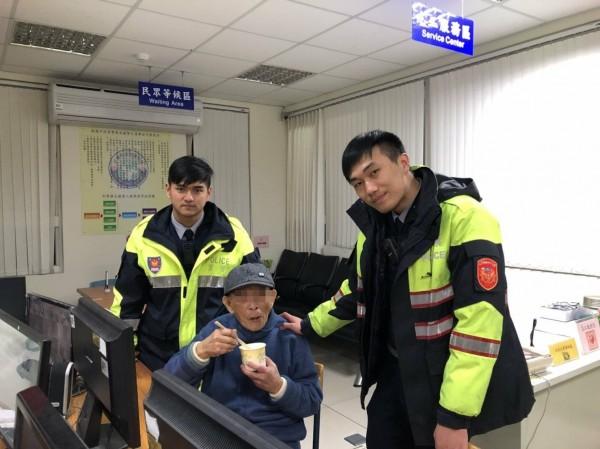 林姓老翁走失,警方透過人臉辨識系統確定身分,通知家屬將其領回。(警方提供)