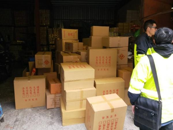 消防人員查扣大批爆竹煙火,該批爆竹總重量890.3公斤、藥量134.87公斤,已明顯超過儲存標準。(記者曾健銘翻攝)