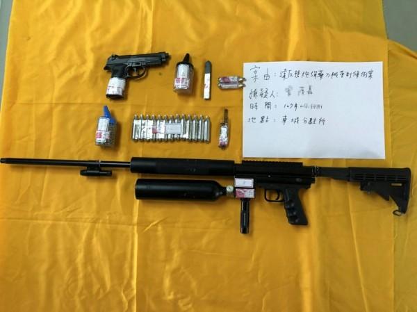 曾嫌所把玩的改造空氣槍枝依氣體動力式槍械動能監測結果已達穿透鋁板程度。(記者陳彥廷翻攝)