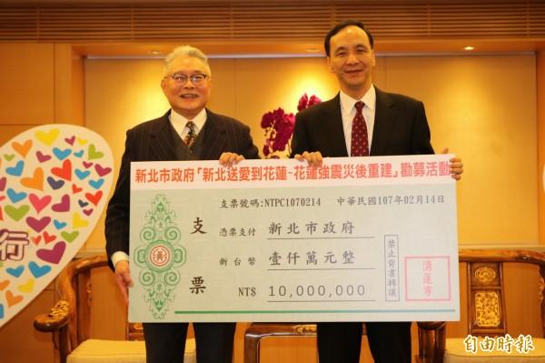 蘆洲湧蓮寺主委陳宏昌代表捐贈1000萬元到協助花蓮崇建的愛心專戶。(記者何玉華攝)