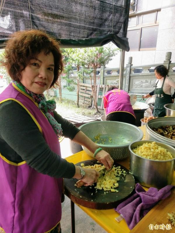 竹山克明宮籌備大年初一的萬人冬筍餐,志工們個個忙著切煮料理。(記者劉濱銓攝)