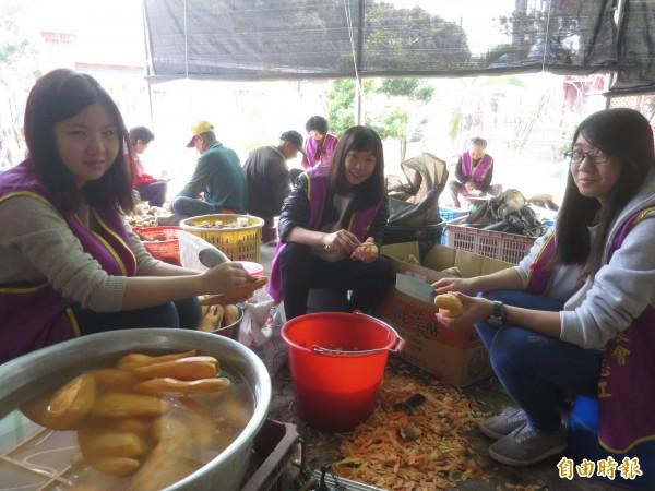 竹山克明宮籌備大年初一萬人冬筍餐,屆時不僅有冬筍,還有香甜炸番薯,年輕志工則是幫忙洗削番薯。(記者劉濱銓攝)