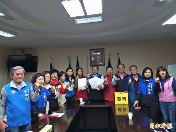 台南市議會國民黨團建議採一階段,把正藍泛藍納入一起民調。(記者邱灝唐攝)