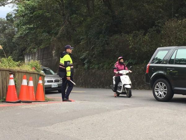 警方春節期間在碧山巖白石湖休閒農業區實施交通管制。(記者鄭景議翻攝)