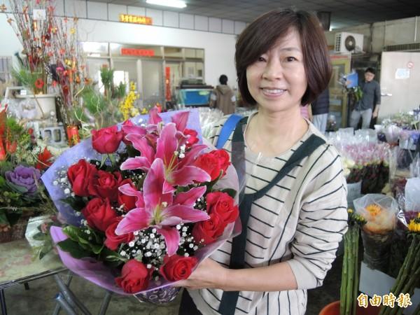 今天西洋情人節,玫瑰花買氣佳,市價平均上漲3成。(記者湯世名攝)