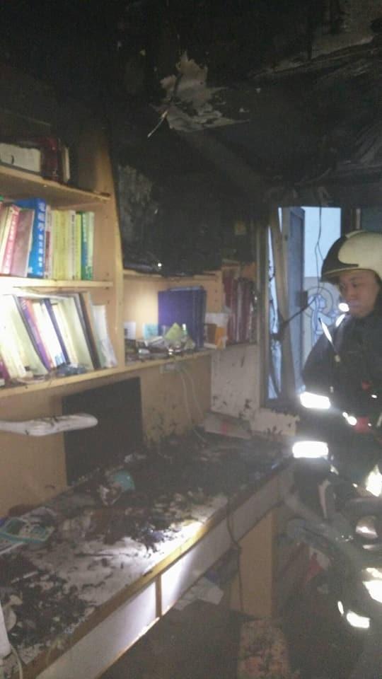 屋主的書櫃被燒掉一半。(記者鄭景議翻攝)