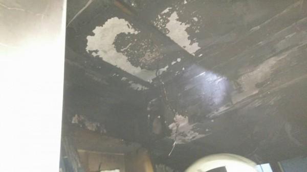 天花板也燒焦。(記者鄭景議翻攝)
