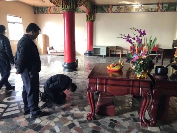 胡嫌在神像前下跪、懺悔。(記者李容萍翻攝)(記者李容萍攝)
