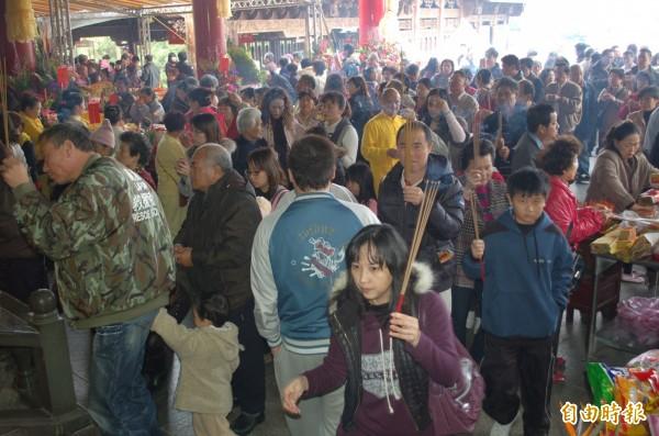 宜蘭縣廟宇春節假期人潮洶湧。(資料照)