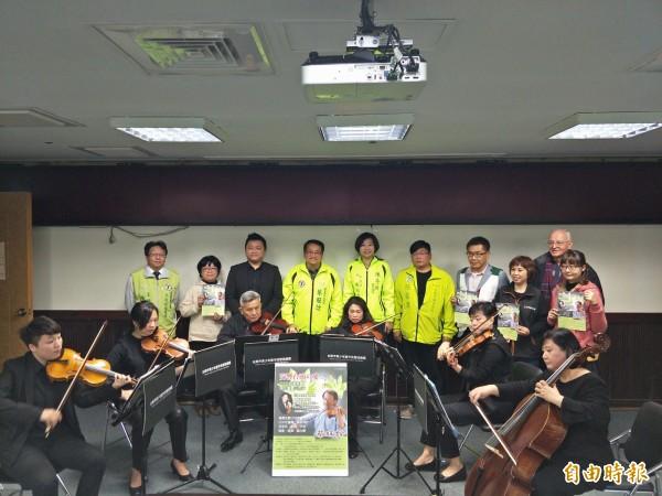 蔡旺詮(後排左四)為了幫助花蓮重建,將於3月16日舉辦公益音樂會。(記者邱灝唐攝)