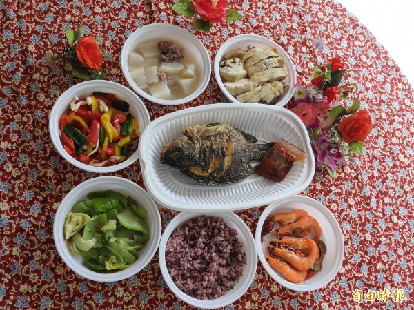 今天小年夜,老五老基金會特別趕製豐盛年菜,關懷弱勢獨居長輩。 (記者佟振國攝)
