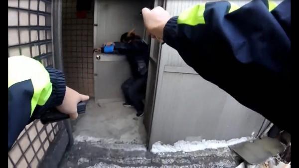 警員噴辣椒水壓制邱男。(記者曾健銘翻攝)