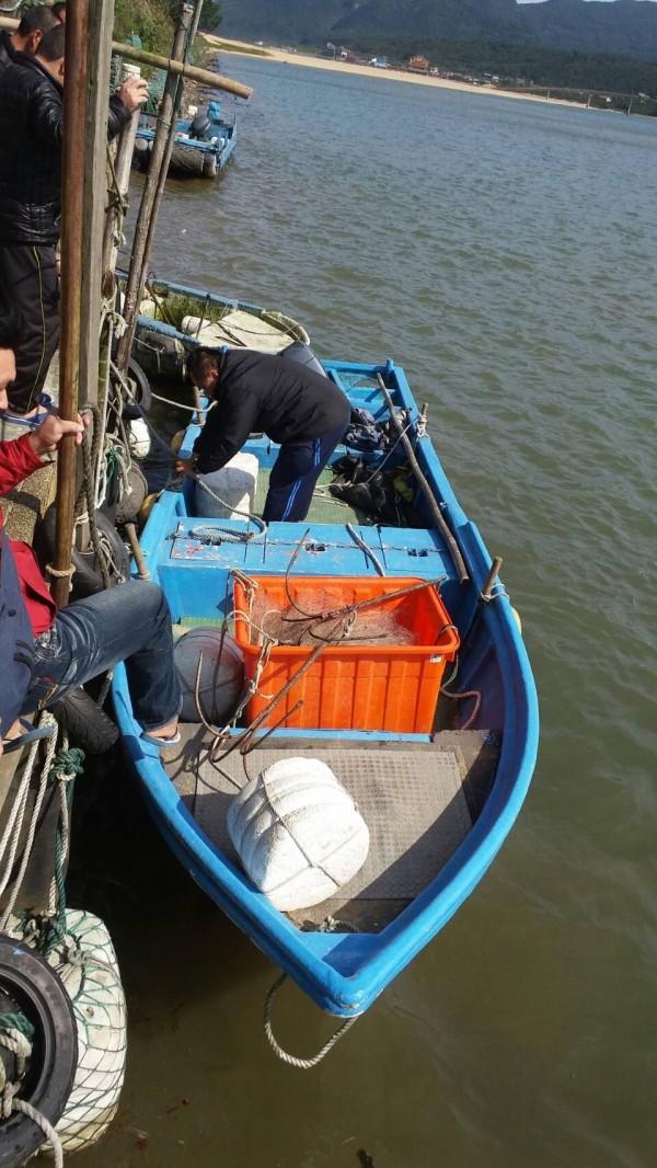 徐男的舢舨船被拉到岸際停放。(記者吳昇儒翻攝)