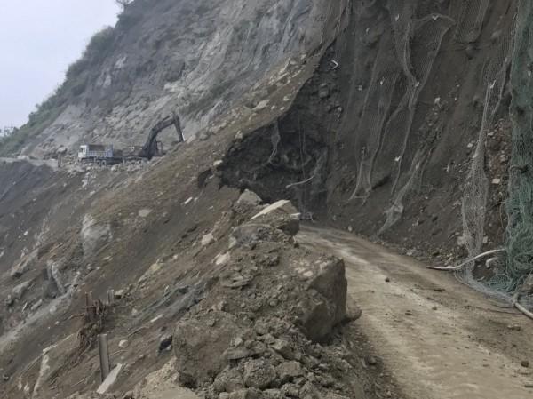 台廿一線新中橫公路望高路段大崩坍,經連日搶修,僅剩卅、四十公尺路段仍有土方。(記者劉濱銓翻攝)