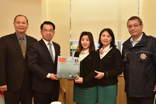 市警局長楊源明(左2)向協助把關防詐的金融業表謝意。(市警局提供)