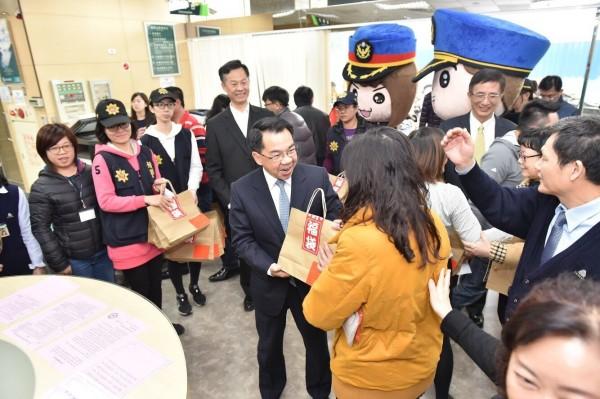 楊源明前往金融服務現場發送預防犯罪宣導福袋宣導。(市警局提供)