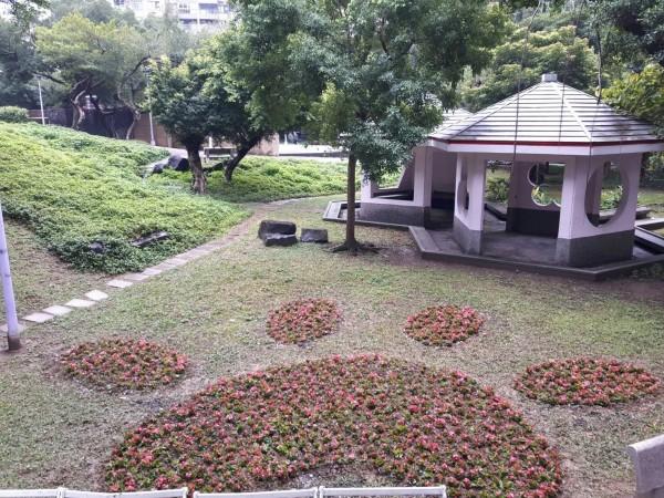 板橋介壽公園的可愛狗腳印。(新北市景觀處提供)