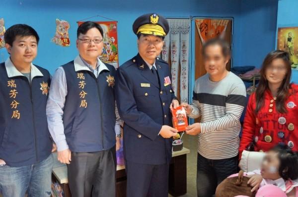 分局長謝宗宏(中)與偵查隊長陳建志(右二)一起到魏家探視送暖。(記者吳昇儒翻攝)