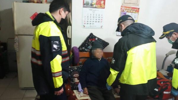 警方發現陳姓老婦人呼吸喘息不順,立刻請救護人員幫忙協助她就醫。(記者吳昇儒翻攝)