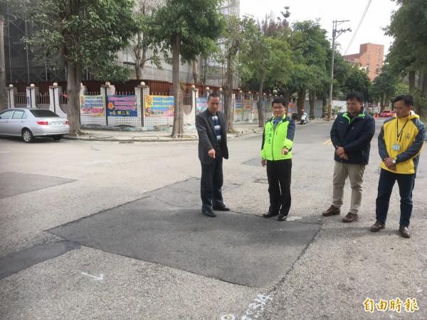 市議員楊典忠(左二)會勘沙鹿區平等一街與過洋路口。(記者張軒哲攝)