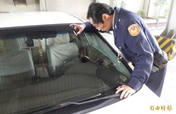 員警模擬昨晚救援過程。(記者楊金城攝)