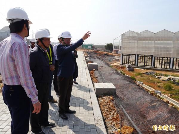 台中市府建設局長黃玉霖(右一)勘查花博外埔聯外道路工程。(記者張軒哲攝)