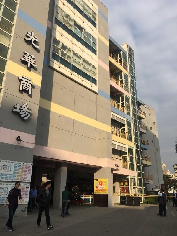 台北市光華商場發生男子墜樓情事。(記者劉慶侯翻攝)