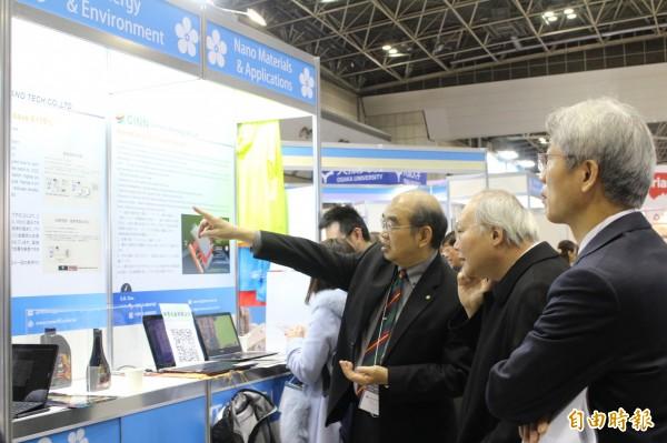 駐日代表處副代表郭仲熙(右2)在中研院士吳茂昆(左)的陪同下參觀「台灣館」展出內容。(記者林翠儀攝)