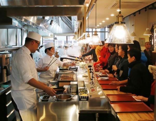 基隆東岸廣場正式啟用,知名餐飲集團進駐,讓市民用餐多種選擇。(基隆市政府提供)