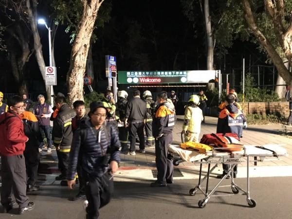 台大綜合體育館地下2樓化糞池發生氣爆案,救護員將兩傷者送醫。(記者姚岳宏翻攝)