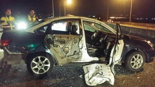 警車右側車身遭攔腰撞擊,車身凹陷、右後車門板金脫落。(記者彭健禮翻攝)