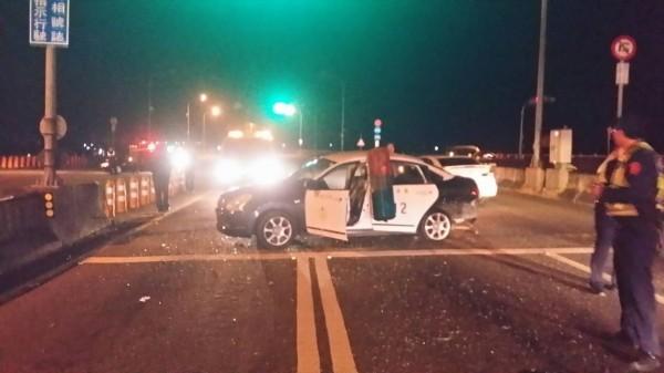 警車被撞橫移到對向車道。(記者彭健禮翻攝)