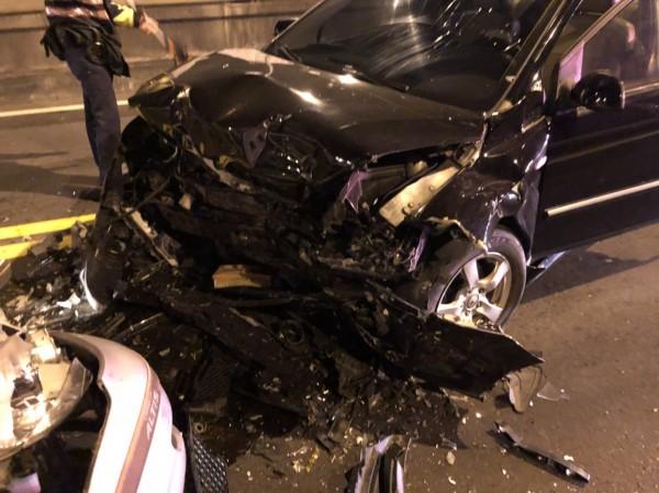 下橋的黑色轎車因撞擊力道巨大,黑車上父子全身多處挫傷。(記者鄭景議翻攝)