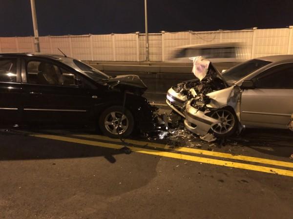 內湖發生車禍,兩車對撞受損嚴重。(記者鄭景議翻攝)