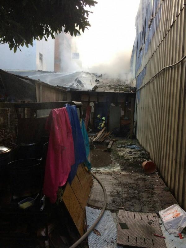 南投縣竹山鎮林圯街1巷內今晨發生民宅火警,不幸造成一對母子喪命。(南投縣消防局提供)