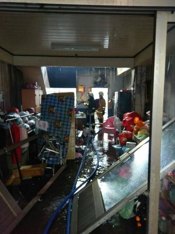 火勢獲得控制撲滅後,在其中1戶民宅1樓臥室發現母子陳屍其中。(南投縣政府消防局提供)