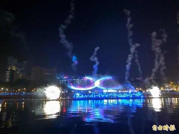 即日起至3月3日的燈會期間,每日晚間7點及9點,都可以欣賞到「魔光幻影3D水上劇場」。(記者洪定宏攝)